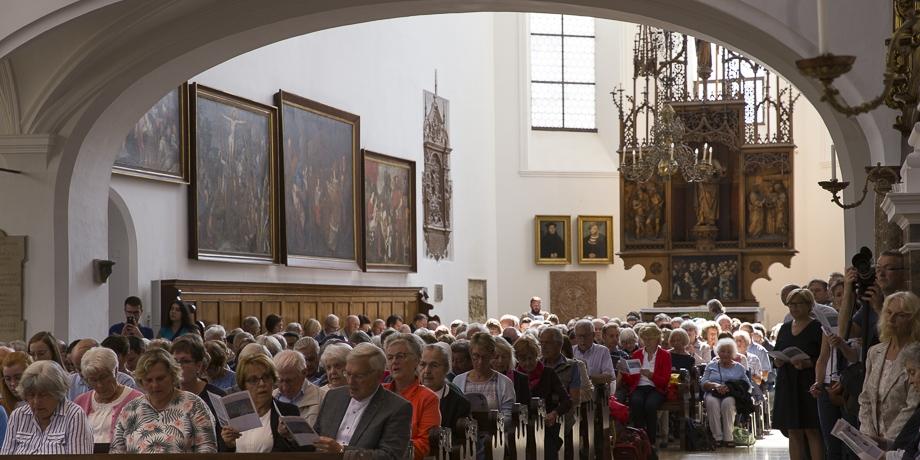 Viele sind in die St. Anna Kirche zum ökumenischen Festgottesdienst gekommen, da gab's für manche leider nur noch Stehplätze.