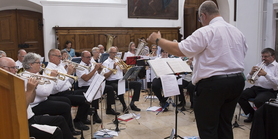 ... und Bläser aus dem Dekanat Augsburg unter Leitung von Otto Kramer gestalten den Gottesdienst mit viel musikalischem Schwung.