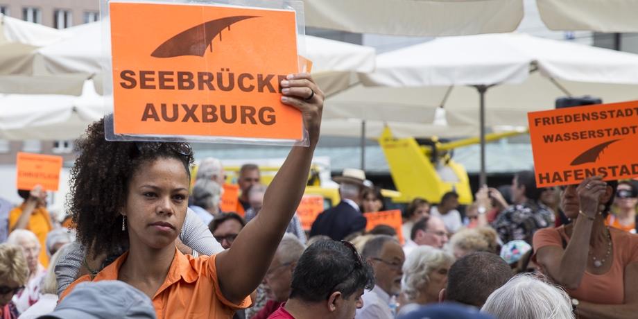 """Die Forderung auf der Friedenstafel und in einem offenen Brief an den Oberbürgermeister: """"Augsburg soll sicherer Hafen werden!"""""""