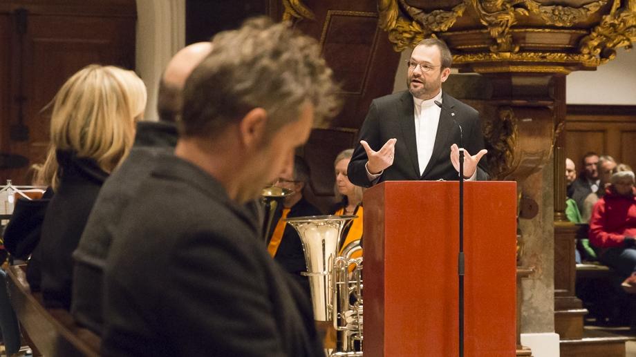 Stadtdekan Michael Thoma eröffnet die Veranstaltung