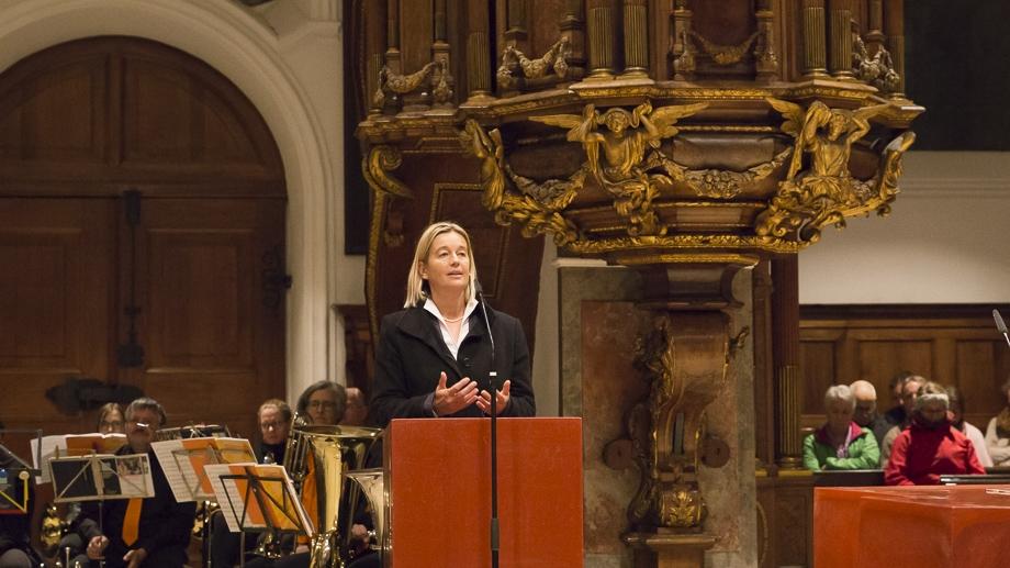 Dekanin Dr. Doris Sperber-Hartmann dankt allen Rednern und lädt zum Jahresempfang in den Augustanasaal ein.
