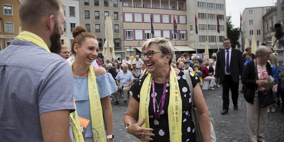 (v.li:) Beate Schabert-Zeidler und Mitarbeitende der Evangelischen Jugend   Foto: I. Hoffmann