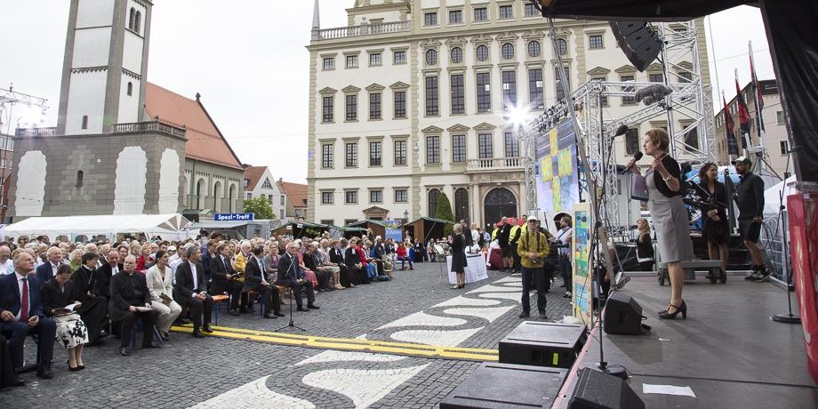 Melitta Müller-Hansen, Beauftragte der ELKB für Hörfunk und Fernsehen im BR, gibt letzte Regieanweisungen für den Fernsehgottesdienst.  Foto: I. Hoffmann