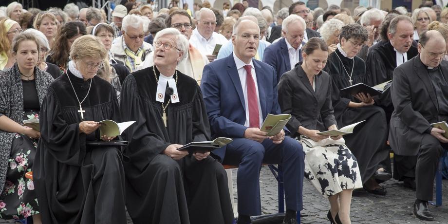 """""""Na, ob das Wetter wohl hält"""", fragt sich der Landesbischof   Foto: I. Hoffmann"""