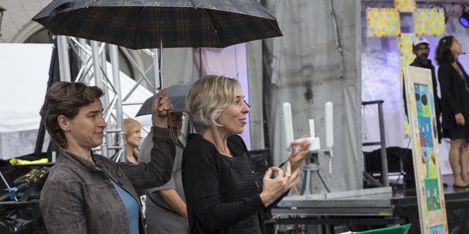 Die Dolmetscherinnen Christiane Schuller und Carina Dannowski  gebärden Texte und Musik im Gottesdienst   Foto: I. Hoffmann
