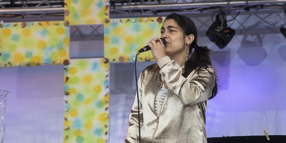 Sarah Kaiser im Gottesdienst   Foto: I. Hoffmann