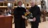 Pfarrer Thomas Hegner dankt Kantor Michael Nonnenmacher für 25 Jahre Tätigkeit in St. Anna   Foto: I. Hoffmann